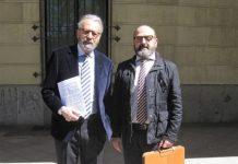 El periodista con su letrado en la puerta de los Juzgados tras presentar la demanda. PROPRONews