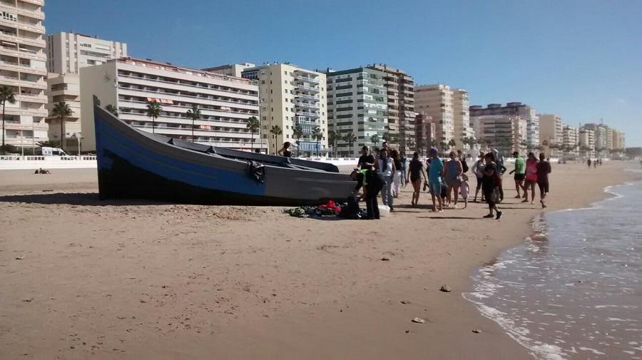 Los movimientos migratorios son ya imparables. En la imagen, una patera recién llegada a una playa de Cádiz. J.M. PAGADOR