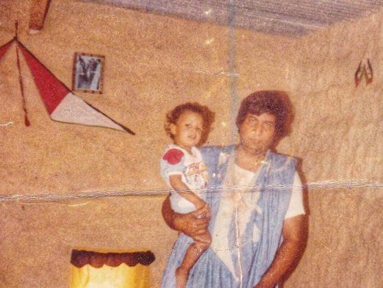 Hadrami niño, en brazos de su padre.