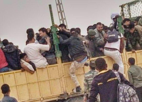 Voluntarios saharauis uniéndose a las unidades de su ejército.
