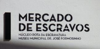 Cartel a la entrada del antiguo mercado de esclavos de Lagos (Portugal). J.M. PAGADOR