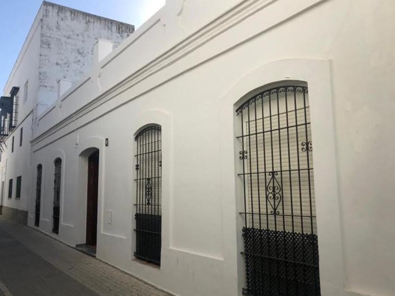 Casa parroquial donde aun vive el expárroco, al que el obispo ha prohibido también vivir en Conil. PROPRONews
