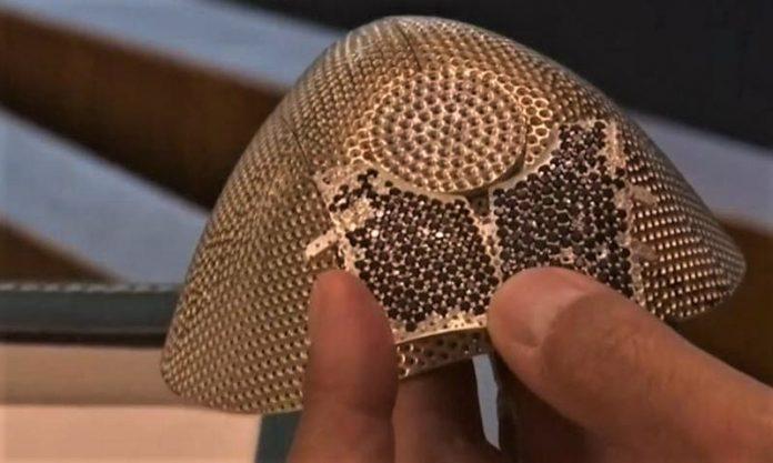 De oro y diamantes, la mascarilla más cara del mundo. TELEMUNDO