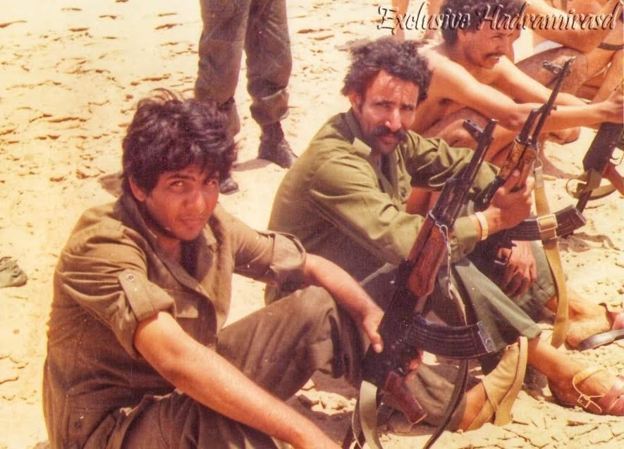 El padre de Hadrami, primero por la izquierda, militante del FPolisario, junto a Brahim Ghali, actual presidente del Sáhara Occid.