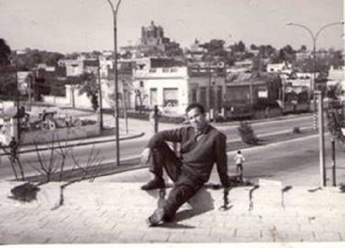 El padre del autor, Jesús Suárez García, en la azotea de su casa montevideana.