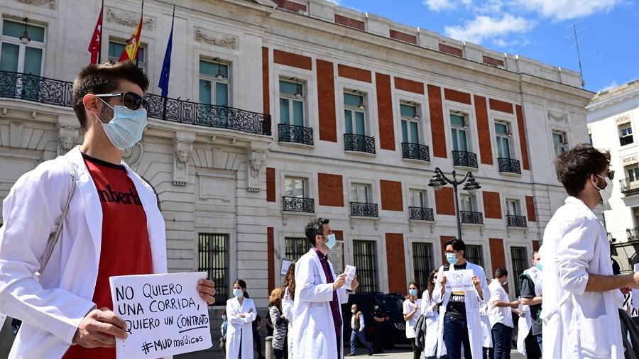 Faltan centenares de miles de sanitarios y los que hay están mal protegidos y peor pagados. RTVE