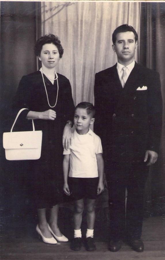 Manuel Suárez niño, con sus padres en Montevideo.