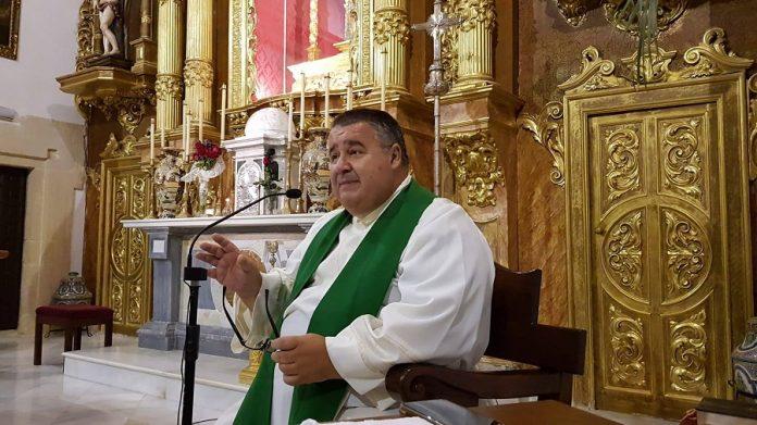 Rafael Vez, cuando era párroco de Conil de la Frontera.