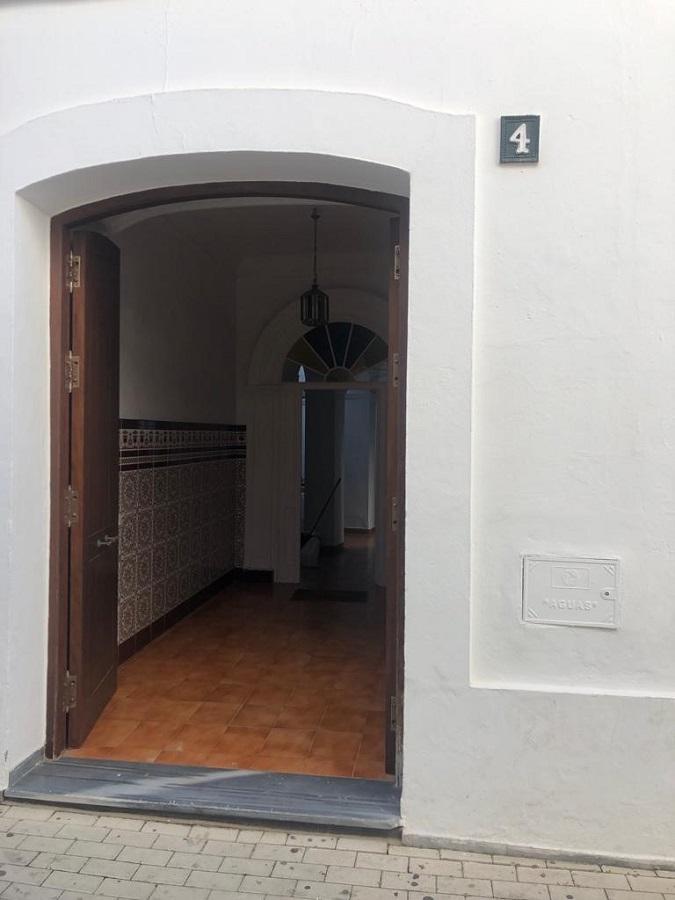 Tras esta puerta resiste el párroco cesado. PROPRONews