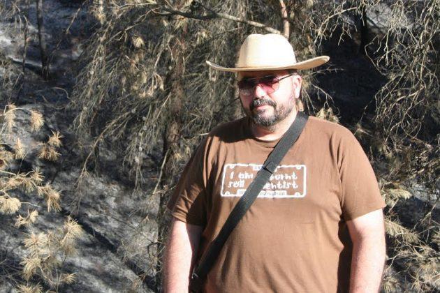 Durante una jornada de trabajo de campo en un área recién afectada por un incendio forestal en Gorga (Alicante).