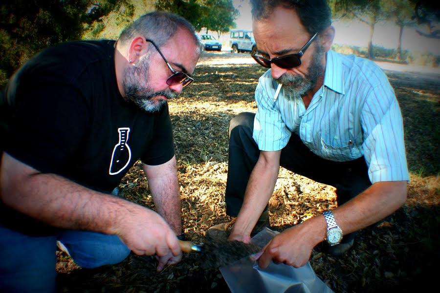 Junto al Dr. Arturo J.P. Granged, tomando muestras de suelo en el Parque Nacional de Doñana (Huelva).
