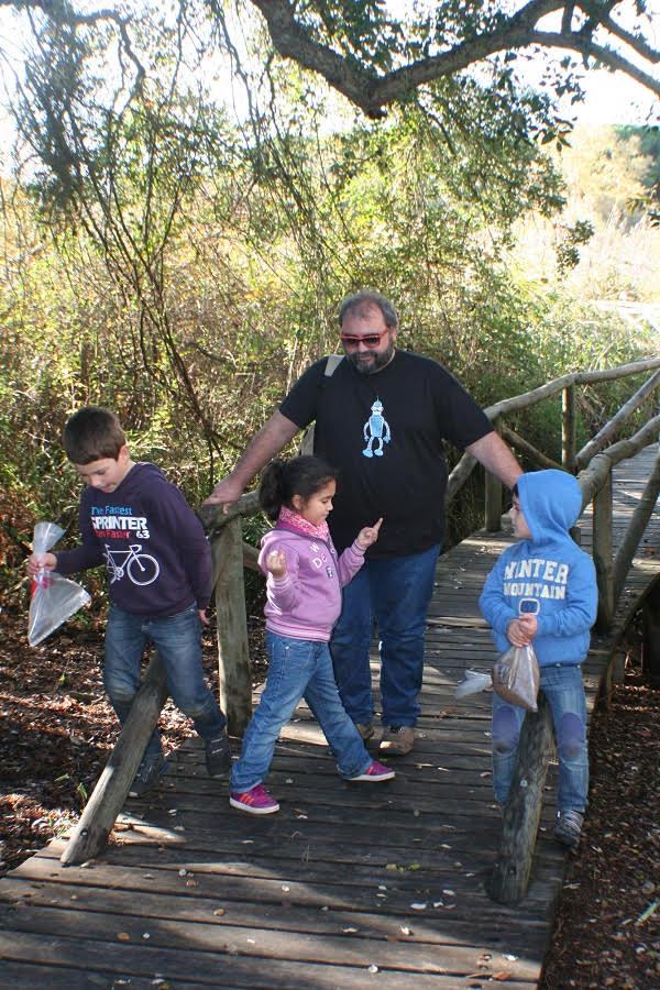Muestreando suelos con varios niños, entre ellos, su hija, en el Parque Natural de Doñana (Huelva).