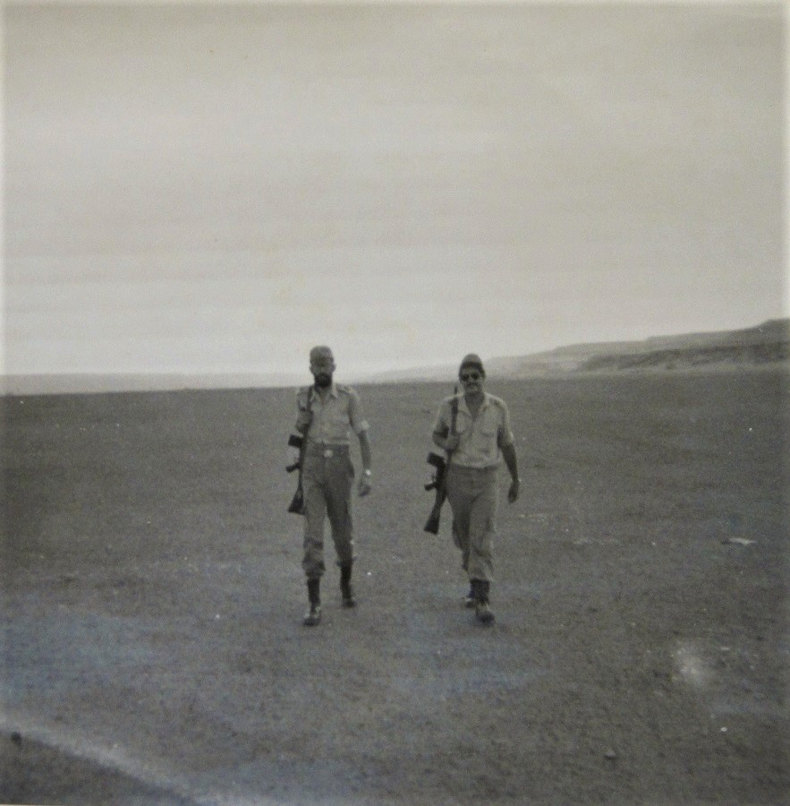 De patrulla por el desierto del Sáhara, adonde fui represaliado. Yo soy el más delgado de los dos.