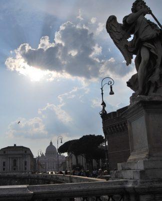 El Vaticano debe despejar las sombras del pasado que aún marginan a las mujeres. J.M. PAGADOR