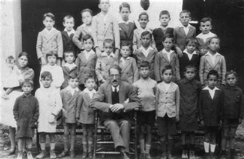Mi tío abuelo paterno, el maestro Rosendo de la Peña Risco, en su escuela con sus alumnos, poco antes de su asesinato.