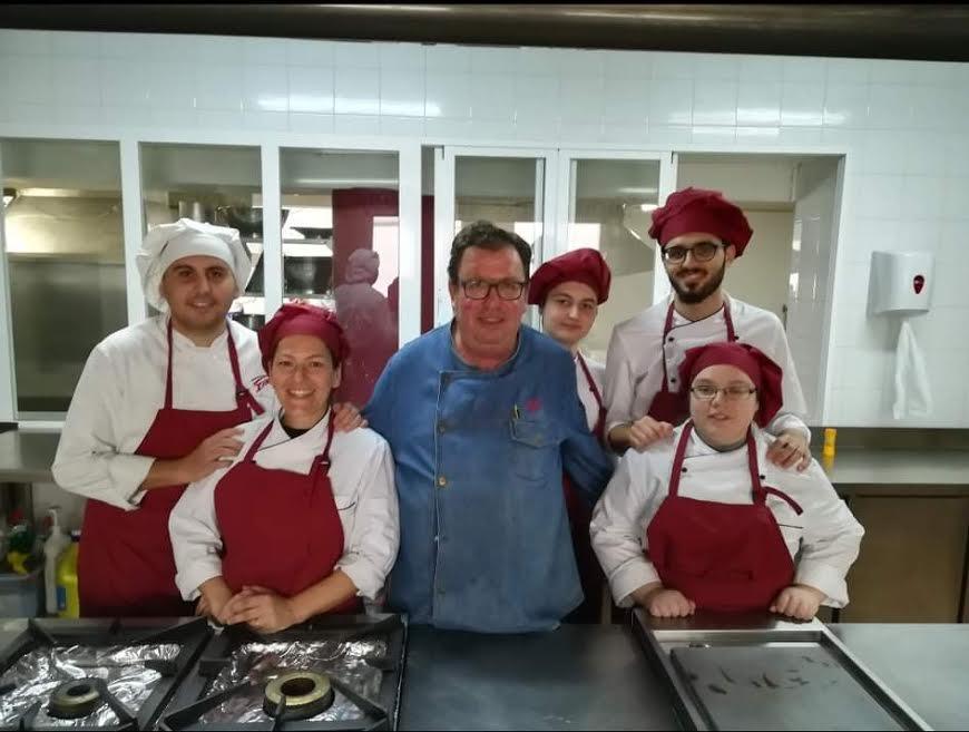 Nuestro cocinero, con algunos de sus alumnos.