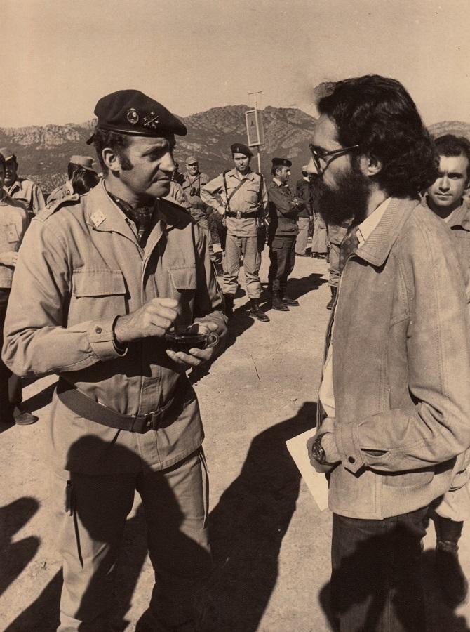 Aquí estoy con el rey Juan Carlos, que tenía una convivencia frecuente con los militares, en unas maniobras. ARCHIVO J.M. PAGADOR