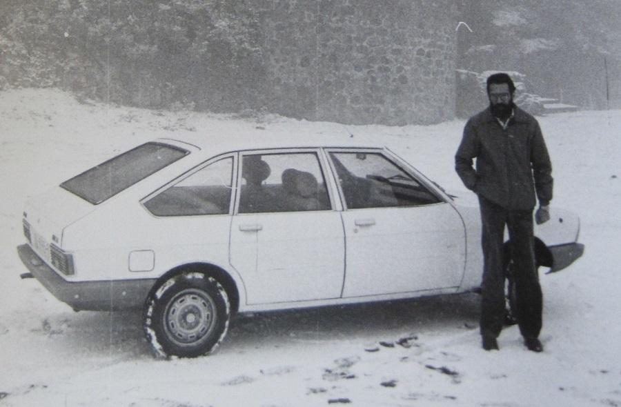 Con el coche que me quemó la ultraderecha en Badajoz. ARCHIVO J.M. PAGADOR