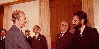 El periodista saluda al rey que salvó la democracia y la vida de tantos periodistas, en una audiencia en la Zarzuela. ARCHIVO J.M. PAGADOR