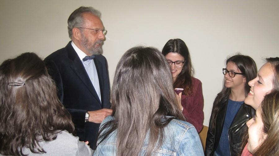 J.M. Pagador, presentando uno de sus libros con universitarios en Cáceres. PROPRONews