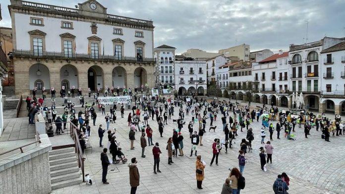 La última protesta de la ciudadanía de Cáceres contra la mina. PLATAFORMA SALVEMOS LA MONTAÑA