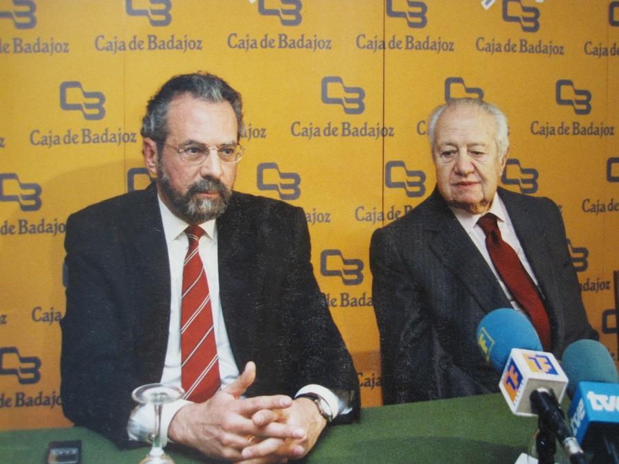 Presentando a Mario Soares, primer ministro de Portugal, en una conferencia en Extremadura. PROPRONews