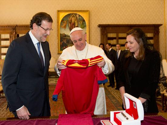 Rajoy y su mujer de mantilla, con el Papa en abril de 2013. SANTA SEDE