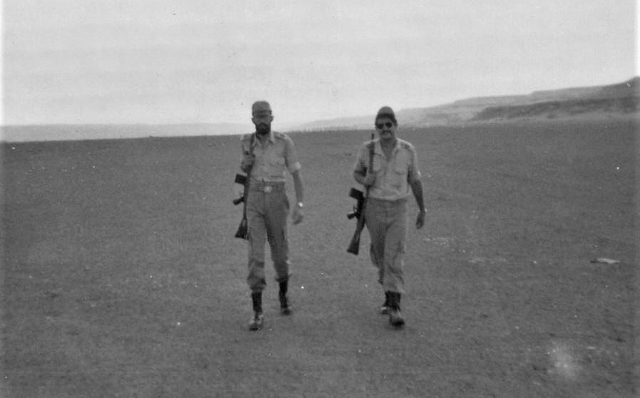 Represaliado en el Sáhara. Yo soy el más delgado, aquí de patrulla por el desierto con un compañero. ARCHIVO J.M. PAGADOR