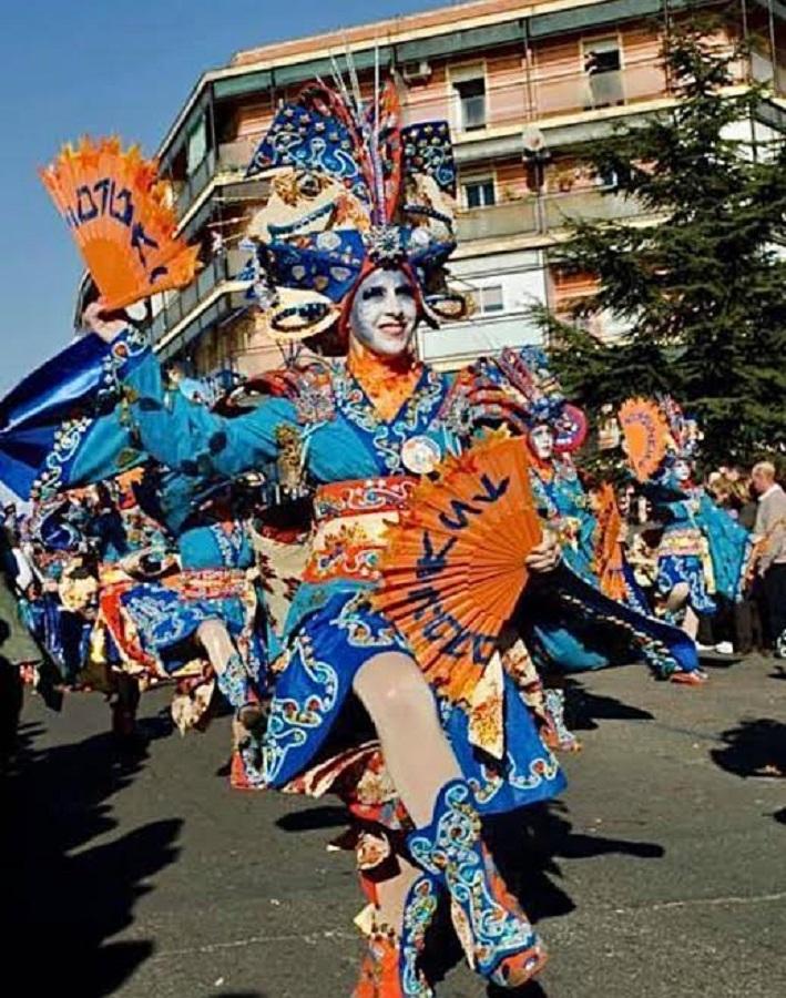 """Comparsa """"Las Monjas"""", en un desfile de calle."""