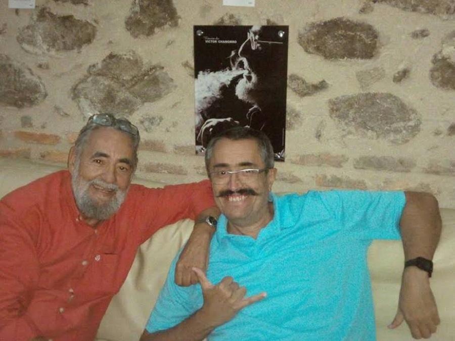 Con el gran escritor extremeño Víctor Chamorro.