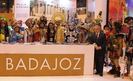 El alcalde pacense, Francisco Javier Fragoso, presentando el Carnaval en FITUR.