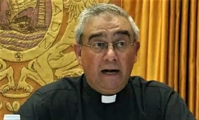 El padre Antonio Casado fue extorsionado.
