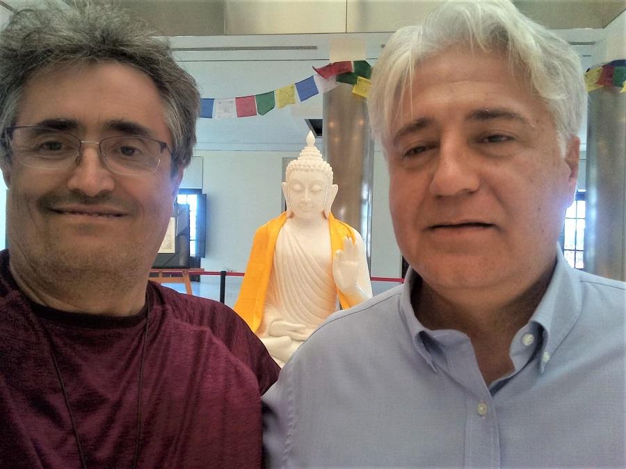 En Valencia, con el presidente de la Fundación Lumbini, presentando el proyecto budista cacereño.
