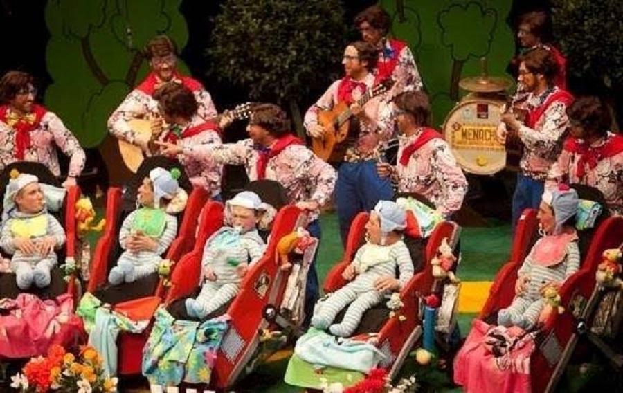 """Murga """"Los Niños"""", en 2012, actuando en el Teatro López de Ayala."""