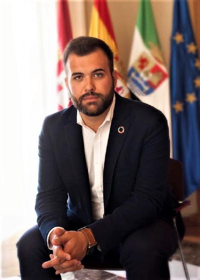 Un joven político que antepone la defensa de la ciudad a sus propios intereses. AYUNTAMIENTO DE CÁCERES