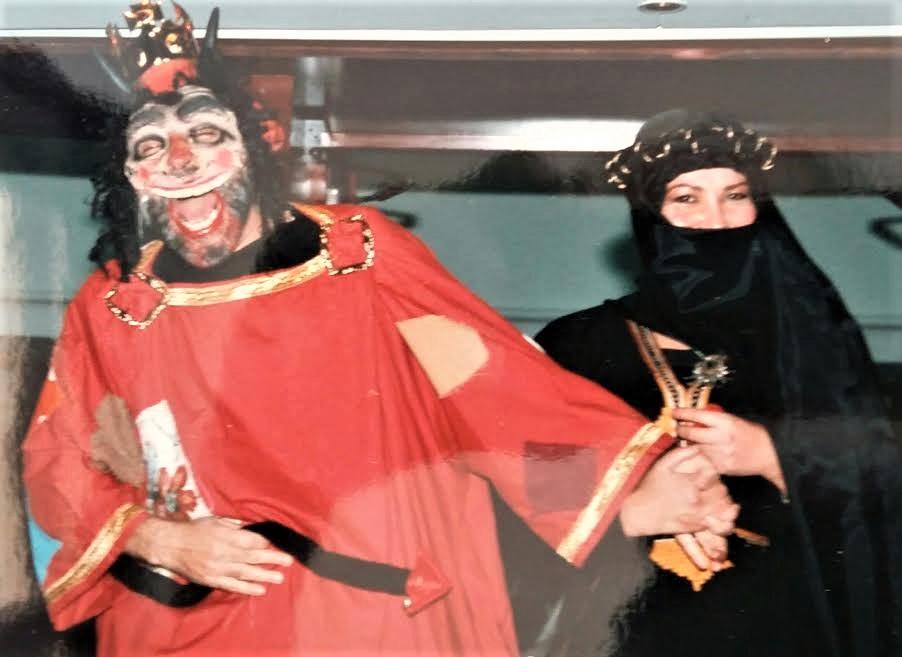 Villafaina y Diana C. Cortés, disfrazados del demonio y la tentación.