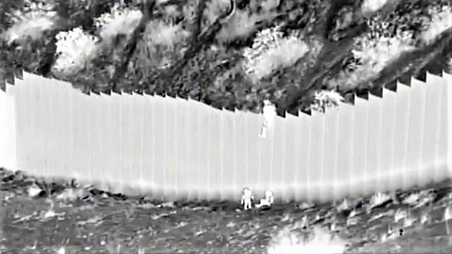 Dos niñas abandonadas, casi bebés, son lanzadas desde lo alto del muro con EE.UU. RTVE