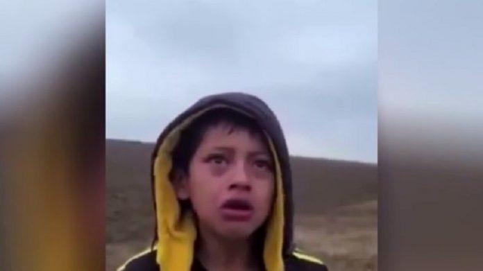 El llanto de este niño abandonado entre México y EE.UU. es el símbolo mayor de la tragedia migratoria. RTVE