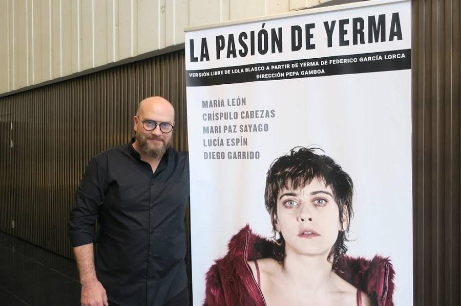 El responsable de SEDA ante el cartel de una de sus numerosas producciones. CEDIDA