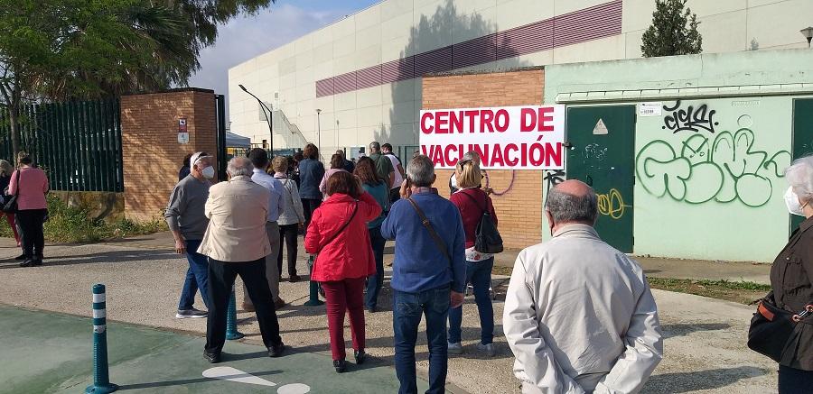 La llegada al polideportivo que servía de centro de vacunación. J.M. PAGADOR