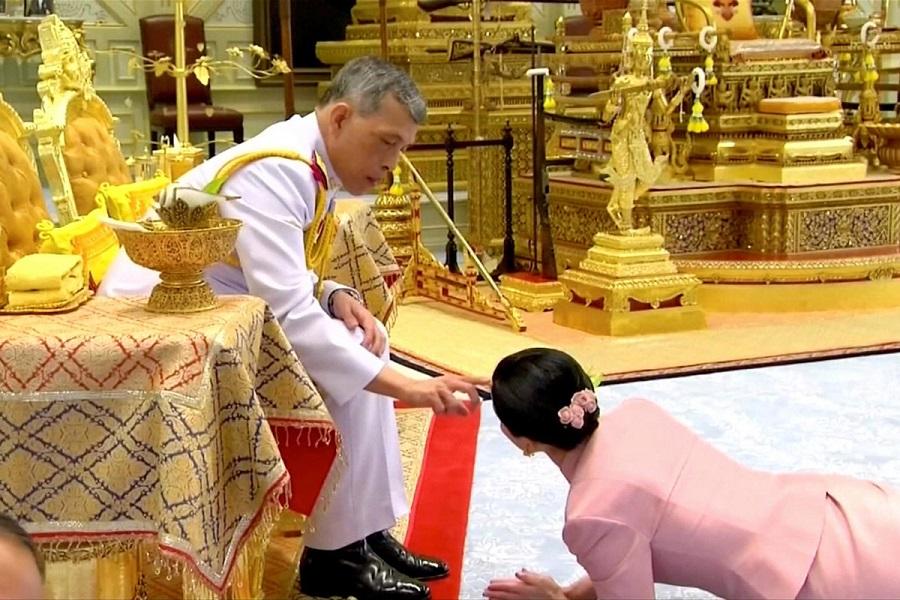 La nueva esposa, arrastrándose hasta el rey Maha. JEFATURADEL ESTADO DE TAILANDIA
