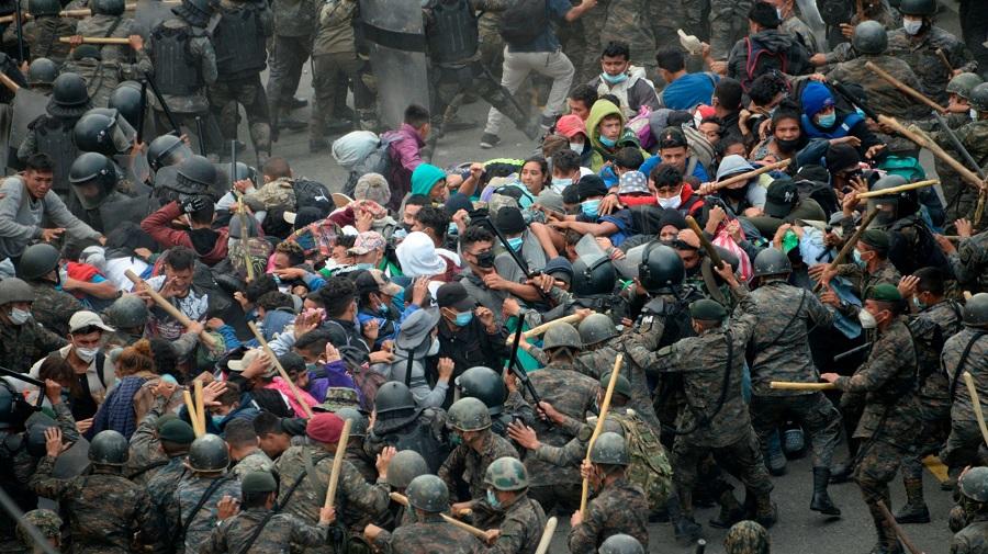 Migrantes hondureños son reprimidos por las fuerzas de seguridad de Guatemala. RTVE