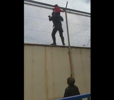 El legionario se sitúa bajo su compañero, en previsión de que la niña pueda caer. RTVE