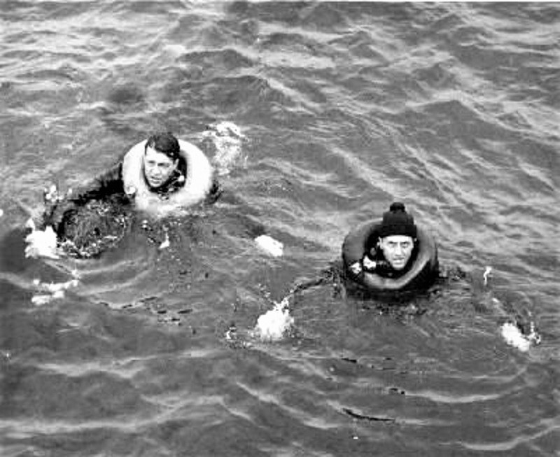 Dos de los nueve marinos alemanes supervivientes del hundimiento.