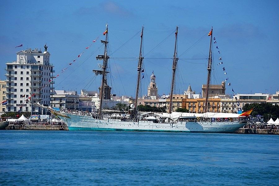 El buque escuela, atracado en el puerto de Cádiz, listo para zarpar. J. M. PAGADOR