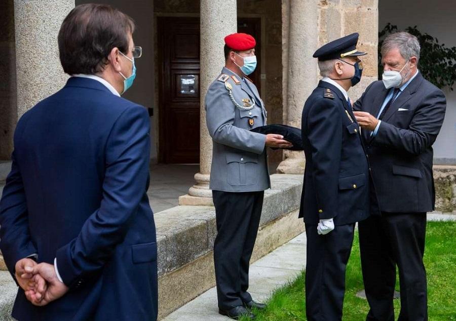 El embajador de Alemania condecora al investigador extremeño en presencia del presidente Vara. JUNTAEX