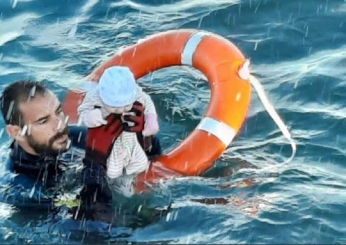 El guardia civil se tiró al mar y salvó a este bebé. RTVE