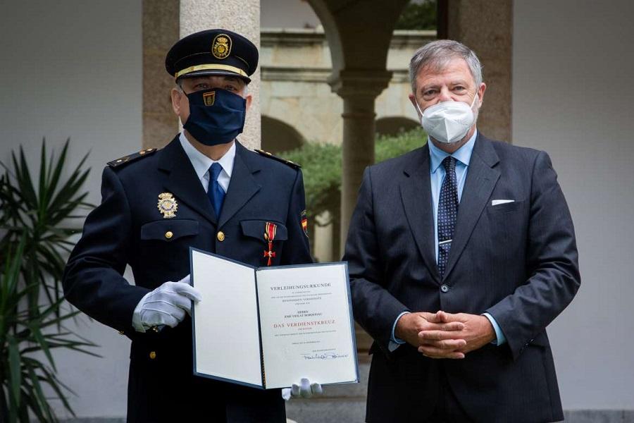 El investigador y policía muestra el galardón en presencia del embajador alemán. JUNTAEX