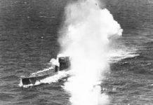 El submarino U-77, en el momento de ser atacado por la aviación británica.