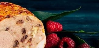 Galantina de ave rellena de su mousse, bacon, trufa, piñones y foie con pastel de patata.